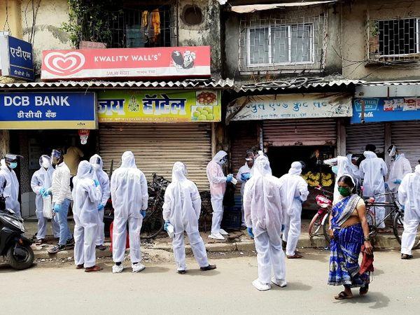 बीएमसीने मुंबईतील झोपडपट्टी भागात डोअर टू डोअर चेकिंग सुरू केली आहे. - Divya Marathi