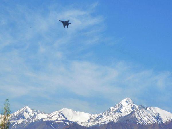 भारत आणि चीनमध्ये सुरू असलेल्या तणावाच्या पार्श्वभूमीवर भारतीय हवाई दलाचे लढाऊ विमाने हिमालय प्रदेशात सातत्याने गस्त घालत आहेत. - Divya Marathi