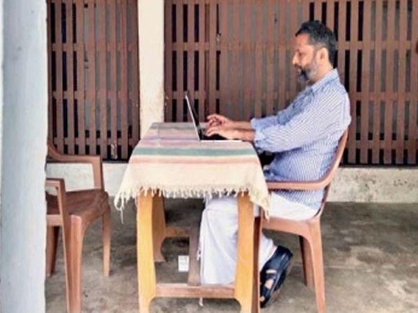 गावातील आपल्या कार्यालयात काम करताना श्रीधर वेंबू. - Divya Marathi
