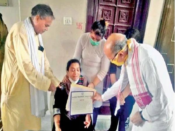 उत्तर प्रदेशातील मंत्री चंद्रप्रकाश उपाध्याय यांनी शहीद सी. ओ. देवेंद्र यांच्या कुटुंबीयांची भेट घेतली. याप्रसंगी त्यांनी मदत सोपवली. - Divya Marathi