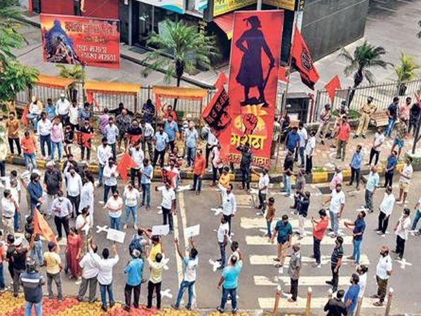 मुंबईत फिजिकल डिस्टन्सिंग पाळून आंदोलकांनी अशी निदर्शने केली. महानगरात 18 ठिकाणी हे आंदोलन करण्यात आले. - Divya Marathi