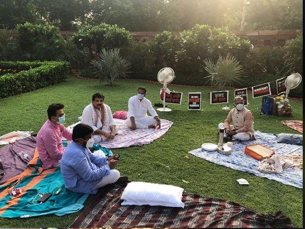 निलंबित खासदारांचे ठिय्या कायम आहे. राज्यसभेचे उपसभापती हरिवंश सकाळी त्यांच्यासाठी चहा घेऊन गेले होते - Divya Marathi