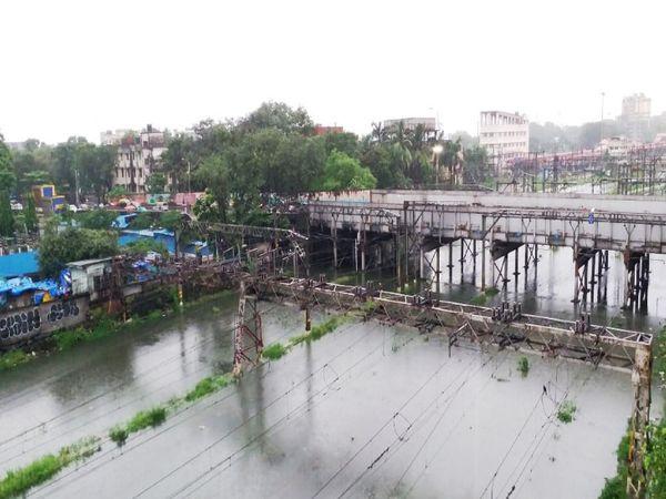 मुंबई सायन स्टेशनवर चारही बाजुंनी पाणी साचले आहे - Divya Marathi