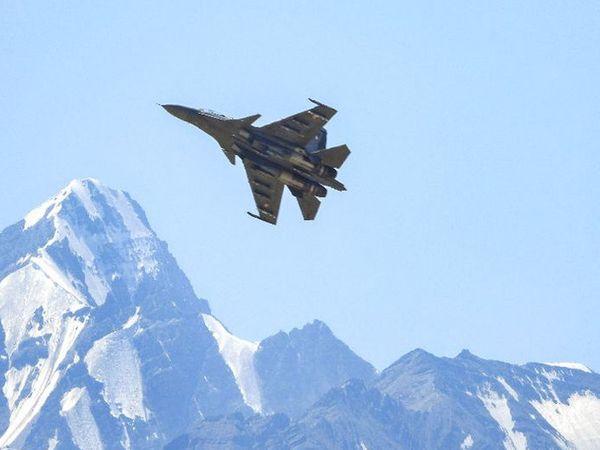 छायाचित्र लडाखमधील आहे. भारत आणि चीनमध्ये कोअर कमांडरांमधील चर्चेदरम्यान भारतीय सैन्याने हेलिकॉप्टर व विमानांची गस्त वाढवली आहे. - Divya Marathi