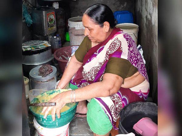 या सारो देवी आहेत त्या म्हणाल्या की, लॉकडाउनमध्ये खाण्या-पिण्याचे हाल झाले होते. आता भजी, समोसा विकून कुटुंब चालवत आहे.
