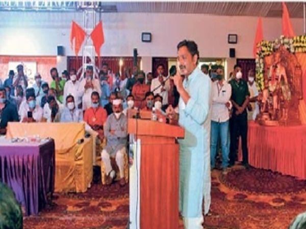 राज्यस्तरीय बैठकीत बोलताना संभाजीराजे. - Divya Marathi