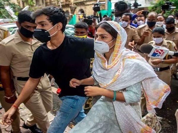 रिया आणि तिचा भाऊ शोविक यांना एनसीबीने ड्रग्ज प्रकरणात अटक केली होती. रिया 9 सप्टेंबरपासून तुरूंगात आहे. (फाइल फोटो) - Divya Marathi