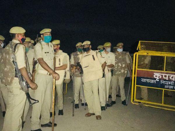 पीडितेच्या गावात मोठ्या प्रमाणात पोलिस तैनात आहेत.