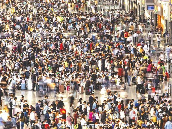 छायाचित्र शांघाय रेल्वेस्थानकाचे आहे. गुरुवारी येथे पाय ठेवायलाही जागा नव्हती एवढी गर्दी होती. - Divya Marathi