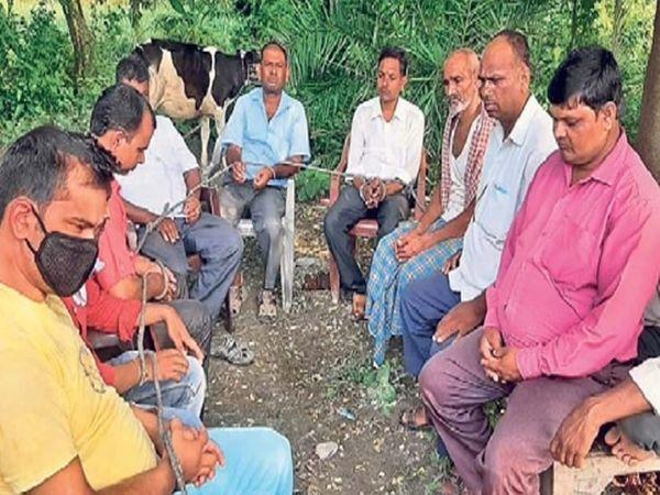 छायाचित्र बिहारच्या मुजफ्फरपूरच्या रेपुरा गावातील आहे. उमेदवार या गावात जाण्यासाठी घाबरू लागले आहेत. - Divya Marathi