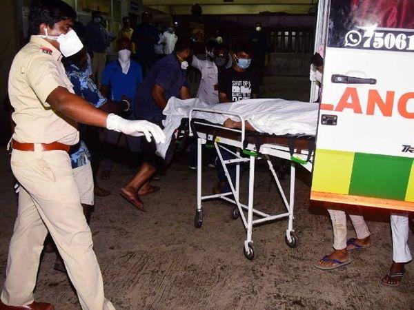 सुशांतचे पार्थिव शवविच्छेदनासाठी घेऊन जात असतानाचे हे छायाचित्र 14 जून रोजीचे आहे. याचदिवशी सुशांतचा मृतदेह त्याच्या मुंबईतील राहत्या घरी गळफास घेतलेल्या अवस्थेत आढळला होता. - Divya Marathi