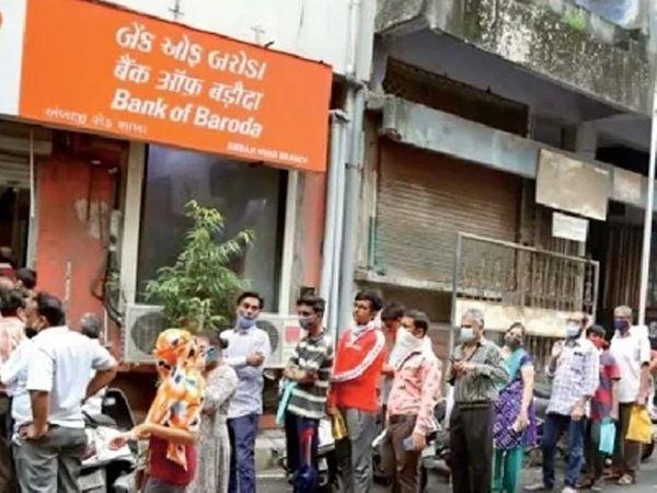 काही दिवसांपूर्वी गुजरातमध्ये सुरत शहरातील बँकांबाहेर आयपीओ फाॅर्म जमा करण्यासाठी अशी रांग होती. - Divya Marathi