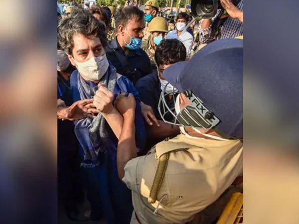हाथरसमध्ये पीडितेच्या घरी निघालेल्या काँग्रेस नेत्या प्रियंका गांधी यांना उत्तर प्रदेश पोलिसांनी धक्काबुक्की केली. एका पोलिसाने तर त्यांचे असे कपडेही ओढले. - Divya Marathi