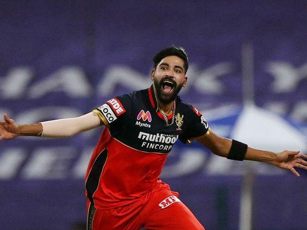 RCB चा वेगवाग गोलंदाज मोहम्मद सिराज एका सामन्यात दोन मेडन टाकणारा पहिला बॉलर ठरला. त्याने 4 षटकांत 8 धावा देत 3 गडी बाद केले.