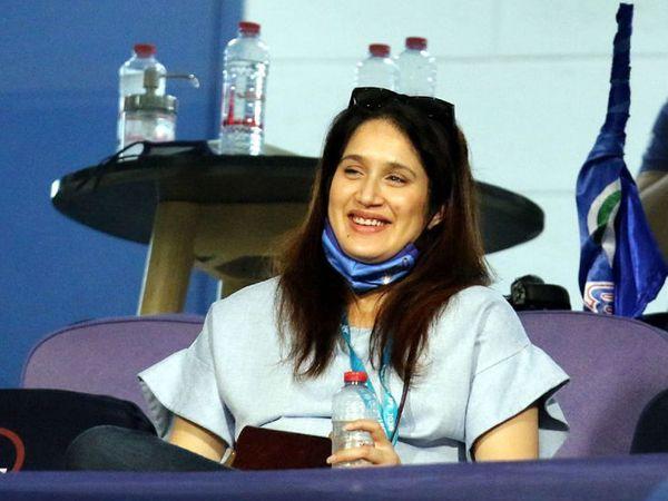 भारताचा माजी वेगवान गोलंदाज झहीन खानची पत्नी सागरिका घाटगेदेखील सामना पाहण्यासाठी आली होती. झहीर हा मुंबई इंडियन्सच्या क्रिकेट ऑपरेशनचा संचालक आहे.