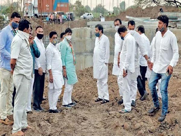 राज्याचे सार्वजनिक बांधकाम मंत्री अशोक चव्हाण यांनी सोमवारी खुलताबाद तालुक्यातील गल्लेबोरगाव येथे रस्ते आणि पुलाच्या कामाची पाहणी केली. - Divya Marathi