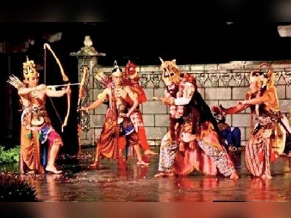 रामलीलेमध्ये कुंभकर्णाचा वध करताना प्रभू श्रीराम - Divya Marathi