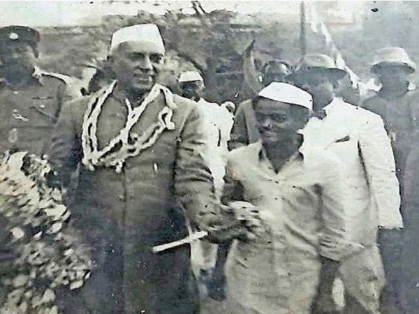 अजिंठ्यात 67 वर्षांपूर्वी पंडित जवाहरलाल नेहरू आले होते. त्यावेळी त्यांच्यासोबत मधुसूदन कुलवाल. - Divya Marathi