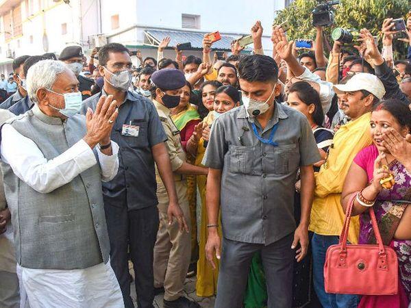 फोटो 12 नोव्हेंबरचा आहे. निवडणूक जिंकल्यानंतर नितीश पक्षाच्या कार्यालयात पोहचल्यानंतर कार्यकर्त्यांनी त्यांचे जोरदार स्वागत केले. - Divya Marathi