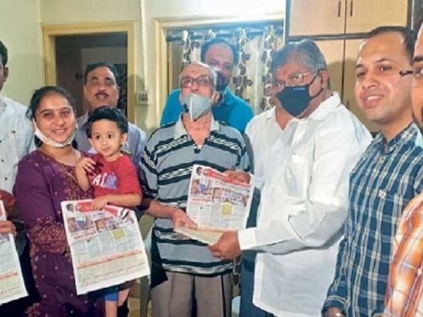 पुण्यात चंद्रकांत पाटील यांनी घरोघरी जाऊन मतदारांशी संवाद साधला. - Divya Marathi