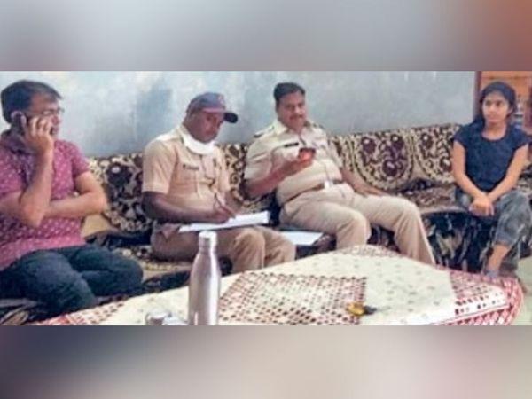 घटनेनंतर पोलिसांनी फिर्याद घेत सीसीटीव्ही फुटेजची पाहणी केली. - Divya Marathi