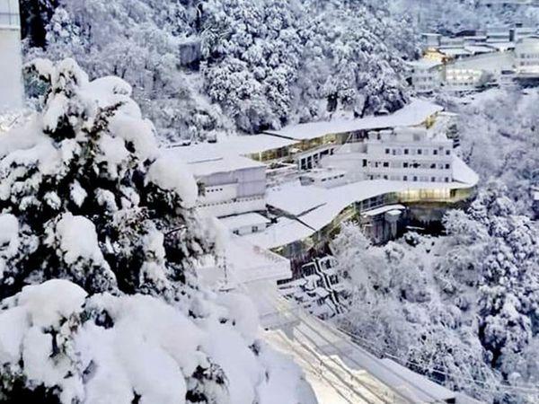 त्रिकूट पर्वतावर रविवारी हंगामातील पहिली बर्फवृष्टी झाली. - Divya Marathi