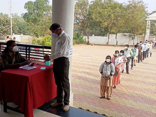 जालन्यातील अंबड येथील आरोग्य केंद्रावर लसीकरणाची रंगीत तालीम - Divya Marathi