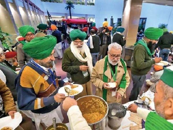 केंद्र सरकारसोबत चर्चा सुरू असताना शेतकरी नेत्यांनी भोजन केले. - Divya Marathi