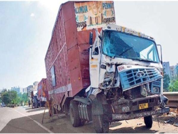 पुण्यातील अपघातात ट्रकच्या समोरच्या भागाचा चुराडा झाला. - Divya Marathi