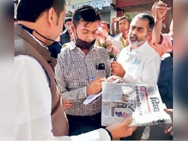 """भंडारा दुर्घटनेच्या पाहणीसाठी आलेले देवेंद्र फडणवीस यांनी """"दिव्य मराठी'त प्रसिद्ध झालेली बातमी वाचून या प्रकरणात दोषी ठरलेल्यांवर कठोर कारवाई व्हायला हवी, अशी भावना व्यक्त केली. - Divya Marathi"""