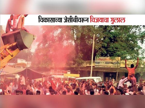 ग्रामपंचायत निवडणुकीच्या निकालानंतर नाशिक जिल्ह्यातल्या झाेडगेप्रमाणेच राज्यभर विजेत्यांकडून गुलाल उधळण्यात आला - Divya Marathi