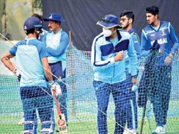 व्हीव्हीएस लक्ष्मणच्या मार्गदर्शनात सराव करताना बंगालचे खेळाडू. - Divya Marathi