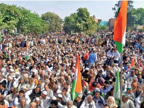 गाझीपूर सीमेवरील गर्दीनंतर काटेरी कुंपण, १२ स्तरीय सुरक्षा - Divya Marathi