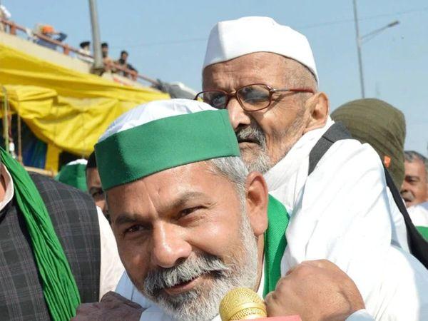 गाझीपूर सीमेवर एका वृद्धाला राकेश टिकैत यांनी खांद्यावर उचलले. वृद्धांनी गावातूनच आंदोलनाला पाठिंबा द्यावा, असे ते म्हणाले. - Divya Marathi