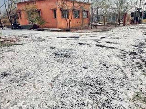 जालना जिल्ह्याच्या भोकरदन तालुक्यात मालखेडा येथील वीज केंद्राच्या परिसरात गारांचा अक्षरश: खच पडला होता. - Divya Marathi