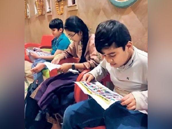कराचीतील मराठी कुटुंबांतील मुले रोज मराठीचा असा अभ्यास करतात. - Divya Marathi