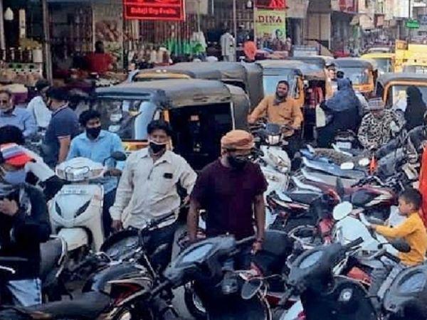 अत्यावश्यक सामान खरेदीसाठी मोंढा, चेलीपुरा, शहागंज, टीव्ही सेंटर, गुलमंडीसह सर्वच मॉलमध्ये गर्दी उसळली. त्यातही अनेक लोक मास्कविना फिरत असल्याचे आढळले. - Divya Marathi