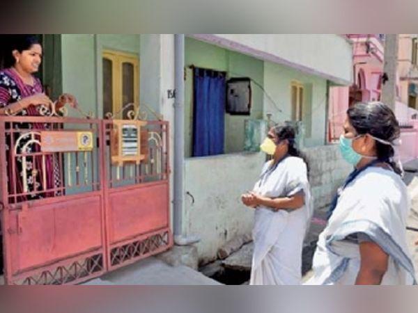 केरळमध्ये तळागाळात महिलाच महिलांच्या आरोग्याची निगराणी करतात. आशा कार्यकर्त्या गावोगावी घरोघरी जाऊन महिलांच्या आरोग्याची नोंद घेत असतात. - Divya Marathi