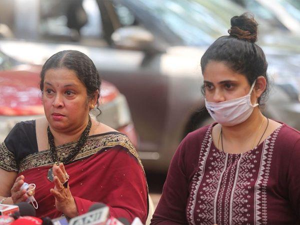 अन्वय नाइक यांच्या पत्नी आणि मुलगी (फाइल फोटो) - Divya Marathi