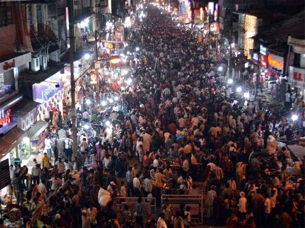 नागपूरच्या एका बाजारातील गर्दीचे चित्र - Divya Marathi