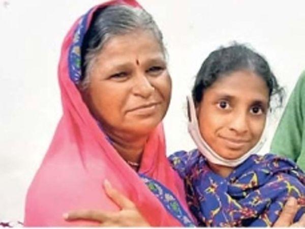 गीतासोबत दिसणाऱ्या मीना वाघमारे-पांढरे तिची आई असण्याचा दावा करत आहेत. - Divya Marathi