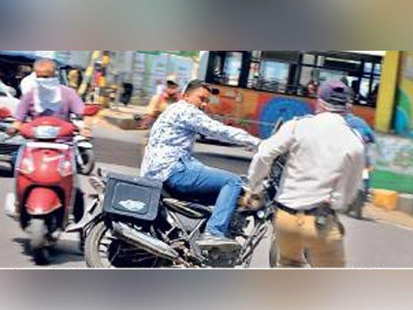 शहरातील चाैकाचाैकात पाेलिसांनी मास्क न घालणाऱ्या दुचाकीस्वारांवर कारवाई केली. - Divya Marathi