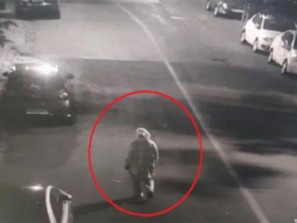 स्फोटकांनी भरलेल्या स्कॉर्पिओजवळ 25 फेब्रुवारी रोजी एक व्यक्ती PPE कीट घालून दिसून आली होती
