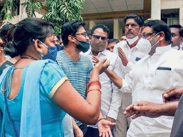 मंत्री नवाब मलिक यांच्यासमोर दुकानदार झाले आक्रमक - Divya Marathi