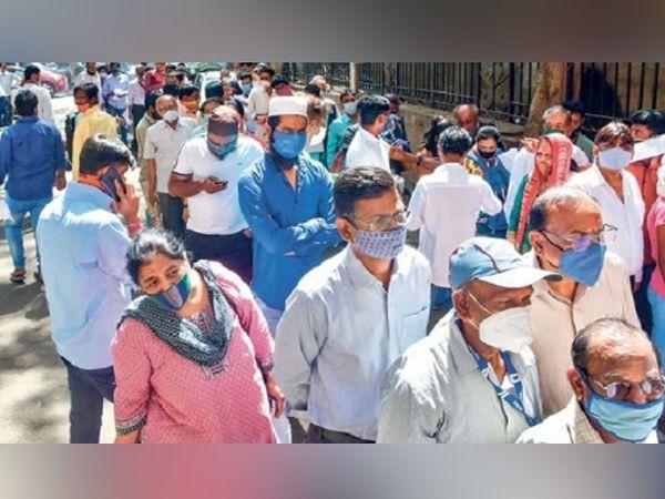 मुंबई सत्र न्यायालयाबाहेर चाचणी करण्यासाठी रांगा लावलेले कर्मचारी. - Divya Marathi