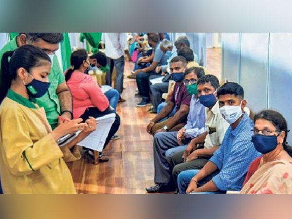 मुंबईत मोठ्या प्रमाणात लसीकरण करण्यात येत आहे. गुरुवारी मोठ्या संख्येने नागरिकांनी लसीकरणासाठी नोंदणी केली. - Divya Marathi