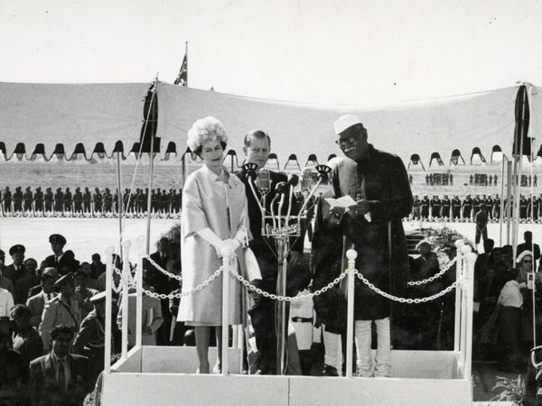 पहिल्यांदा भारत भेटीवर आलेले ब्रिटनचे शाही दाम्पत्य क्वीन एलिझाबेथ 2 आणि प्रिन्स फिलिप यांचे पालम विमानतळावर स्वागत करताना तत्कालीन राष्ट्रपती डॉ. राजेंद्र प्रसाद.