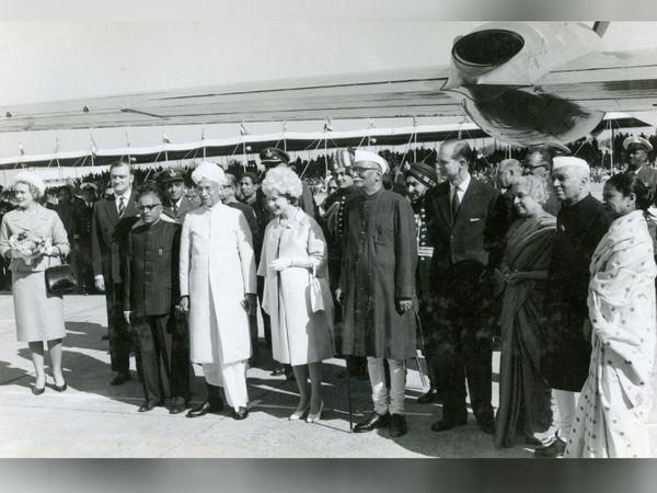 21 जानेवारी 1961, क्वीन एलिझाबेथ -2 आणि प्रिन्स फिलिपची पहिली भारत भेट. माजी राष्ट्रपती राजेंद्र प्रसाद आणि माजी पंतप्रधान जवाहरलाल नेहरू त्यांचे स्वागत करण्यासाठी पालम विमानतळावर दाखल झाले होते.