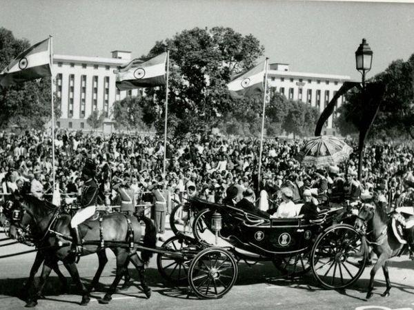 1961 मध्ये भारताच्या प्रजासत्ताक दिनाच्या परेडमध्ये सहभागी झालेले राणी एलिझाबेथ 2 आणि प्रिन्स फिलिप. परेडनंतर तत्कालीन राष्ट्रपती राजेंद्र प्रसाद यांच्यासमवेत परतताना शाही दाम्पत्य.