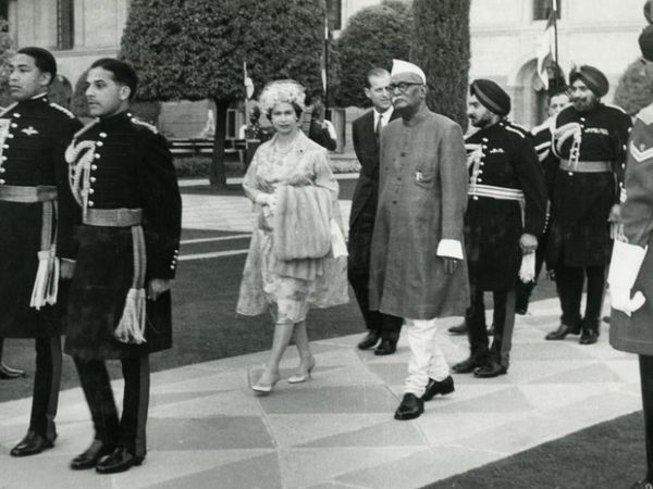 राष्ट्रपती भवनाच्या मुघल गार्डनमध्ये राणी एलिझाबेथ 2 आणि प्रिन्स फिलिप यांचे स्वागत करताना तत्कालीन राष्ट्रपती डॉ. राजेंद्र प्रसाद